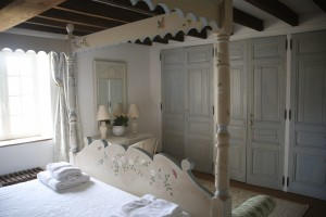 Four poster bedroom cupboards